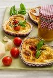 Quiche avec du fromage et des tomates-cerises Image stock
