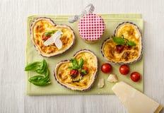 Quiche avec du fromage et des tomates-cerises Photo libre de droits