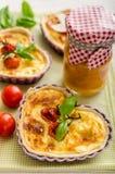Quiche avec du fromage et des tomates-cerises Image libre de droits