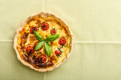 Quiche avec du fromage et des tomates-cerises Images stock