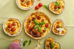 Quiche avec du fromage et des tomates-cerises Photos libres de droits