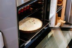 Quiche bollente del formaggio e del bacon in forno elettrico fotografia stock