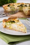 Quiche com brócolis e queijo imagens de stock