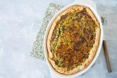 Quiche com espinafres e queijo - galdéria saboroso da massa flocoso sobre Imagens de Stock