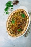 Quiche com espinafres e queijo - galdéria savoty da massa flocoso sobre Imagens de Stock