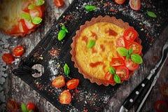Quiche com queijo, tomates e manjericão Imagens de Stock Royalty Free