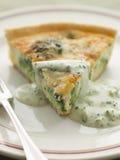 Quiche de broccoli et de roquefort avec de la sauce à broccoli Photo stock