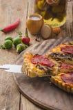 Quiche deliciosa com chouriço, porcas e queijo afiado imagens de stock