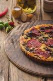 Quiche deliciosa com chouriço, porcas e queijo afiado fotografia de stock royalty free