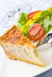 Quiche della pancetta affumicata con insalata Immagini Stock Libere da Diritti