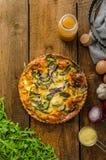 Quiche della polenta con la cipolla rossa e le erbe Immagini Stock
