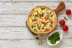 Quiche della torta con il pollo, gli spinaci ed i pomodori Fotografie Stock