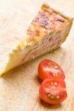 Quiche do bacon com um tomate Imagens de Stock Royalty Free