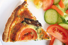 Quiche do cogumelo com salada Foto de Stock Royalty Free