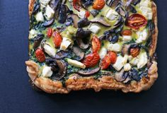 Quiche do tomate dos cogumelos da pizza do alimento deliciosa imagens de stock