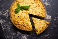 Quiche entera hecha en casa de la zanahoria del grano con el queso cremoso, la crema agria y el tocino adornados por la hoja de l Fotografía de archivo