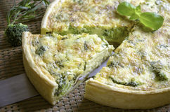 Quiche faite maison avec le brocoli et le cheddar Photo stock