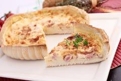 Quiche fraîche avec du fromage et le lard images stock