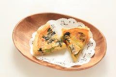 Quiche francesa de la cocina con pan en la placa de madera Fotografía de archivo libre de regalías