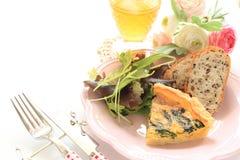 Quiche francesa de la cocina con pan en la placa de madera Fotos de archivo libres de regalías
