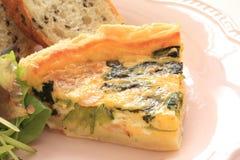 Quiche francesa de la cocina con pan en la placa de madera Fotos de archivo