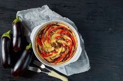 Quiche francesa tradicional de la empanada con las berenjenas y los tomates en el plato de la hornada Tarta hecha en casa de la b imagenes de archivo
