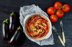 Quiche francesa tradicional del plato - empanada con las berenjenas y los tomates en el plato de la hornada Tarta vegetal hecha e fotografía de archivo libre de regalías