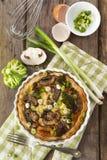 Quiche Lorraine avec le poulet, les champignons et le brocoli image stock