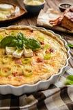 Quiche lorraine con formaggio, bacon e le uova immagini stock libere da diritti