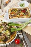 Quiche lorraine con il pollo, i funghi ed i broccoli Fotografie Stock