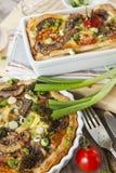 Quiche lorraine con il pollo, i funghi ed i broccoli Immagini Stock