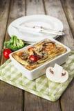 Quiche lorraine con il pollo, i funghi, i broccoli ed i pomodori Fotografia Stock Libera da Diritti