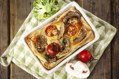 Quiche lorraine con il pollo, i funghi, i broccoli ed i pomodori Fotografie Stock