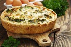 Quiche lorraine mit Huhn, Pilzen und Brokkoli Stockbild