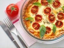 Quiche lorraine Traditionell fransk välsmakande paj Hemlagat syrligt med den körsbärsröda tomaten och purjolöken Top beskådar arkivfoton