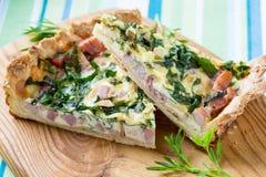 Quiche Lotharingen, pastei met een gerookte bacon, een kaas en een spinazie Stock Foto