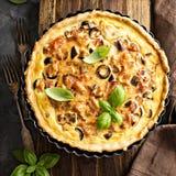 Quiche met aubergine, kip en olijven royalty-vrije stock foto's