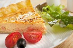 Quiche y ensalada de color salmón Foto de archivo libre de regalías
