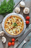Quichepastei met kip en paddestoel Stock Foto