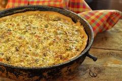 Quichetorte mit Huhn, grünem Paprika, Schinken und Pilz im blac lizenzfreie stockbilder