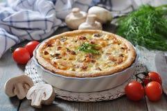 Quichetorte mit Huhn und Pilz Lizenzfreies Stockbild
