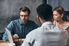 Quick business talk. Group of young confident business people di Royalty Free Stock Photos