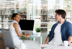 Quick catch up between colleagues Royalty Free Stock Photos