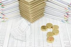 Quiebra de las monedas de oro de la casa y de la pila como signo de interrogación Fotografía de archivo libre de regalías
