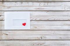 Quiera el mensaje Corazón rojo en un sobre blanco Una letra sobre amor Foto de archivo