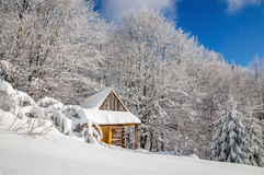 Quiet wooden mountain cabin in winter Royalty Free Stock Photos
