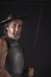 Quijote Старый бородатый ратник с нагрудником и шлемом Стоковые Фотографии RF