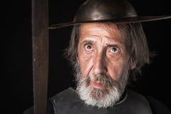 Quijote Alter bärtiger Krieger mit Brustplatte und Sturzhelm Stockbild