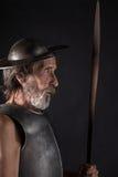 Quijote Alter bärtiger Krieger mit Brustplatte und Sturzhelm Stockbilder