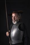 Quijote Gammal skäggig krigare med bröstharnesken och hjälmen Arkivfoto